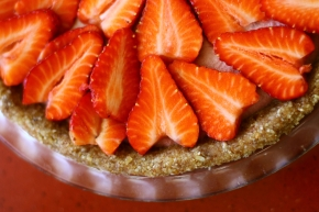 Strawberries and cashew cream pie